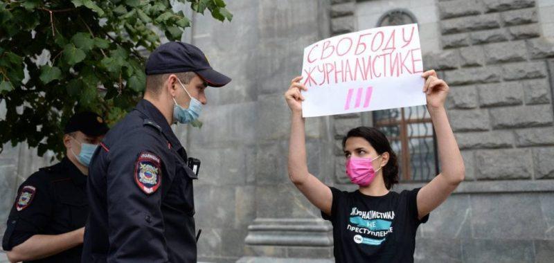 Фарида Рустамова, журналистка телеканала Дождь, признанного «иноагентом», стоит в пикете у здания ФСБ. 21 августа 2021. Автор: Denis Kaminev / AP